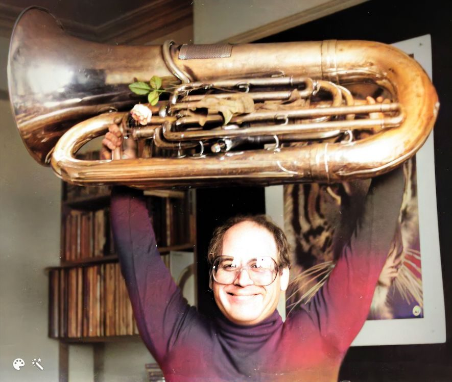 Larry Fishkind met tuba